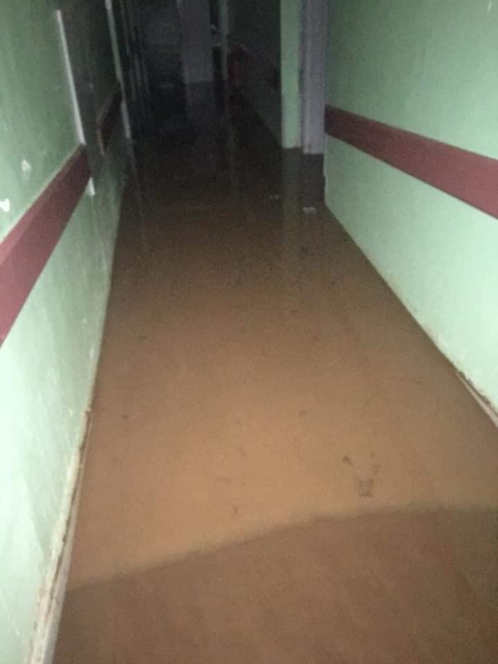 Les eaux dans les couloirs de l'hôpital régional