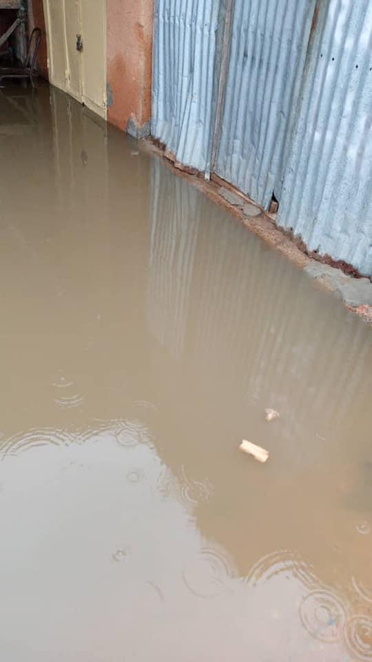 المياه تحاصر سوق روصو اليوم (أنترنت)
