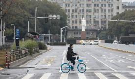 شوارع خالية تماما في مدينة ووهان حيث مركز تفشي الفيروس (الأناضول)