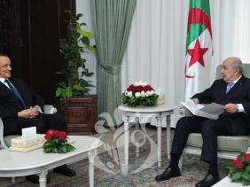 وزير الخارجية في لقاء مع الرئيس الجزائري (المصدر: الإذاعة الجزائرية)