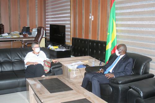 Le ministre de l'Intérieur et la Directrice de l'AFD discutent de la coopération