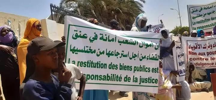 Sit-in devant le palais de justice appelant à la restitution des fonds volés