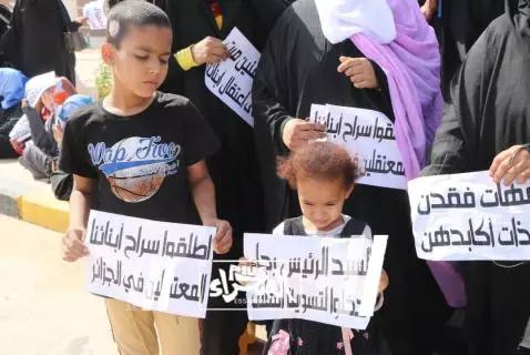 Les familles des prisonniers détenus en Algérie manifestent devant la présidence
