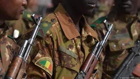 Attaque dans le centre du Mali: une dizaine de militaires tués