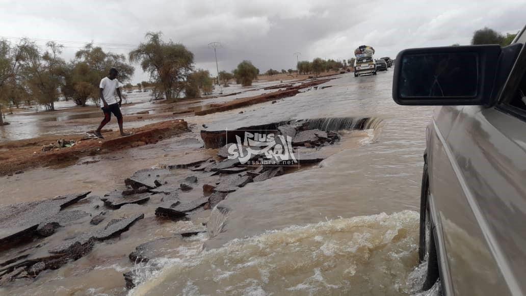 تشققات في الطريق بسبب الأمطار - (المصدر: الصحراء)