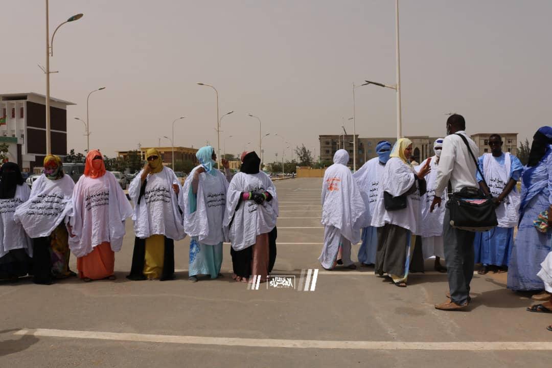 دائنو الشيخ الرضى يحتجون أمام الرئاسة ـ (المصدر: الصحراء)