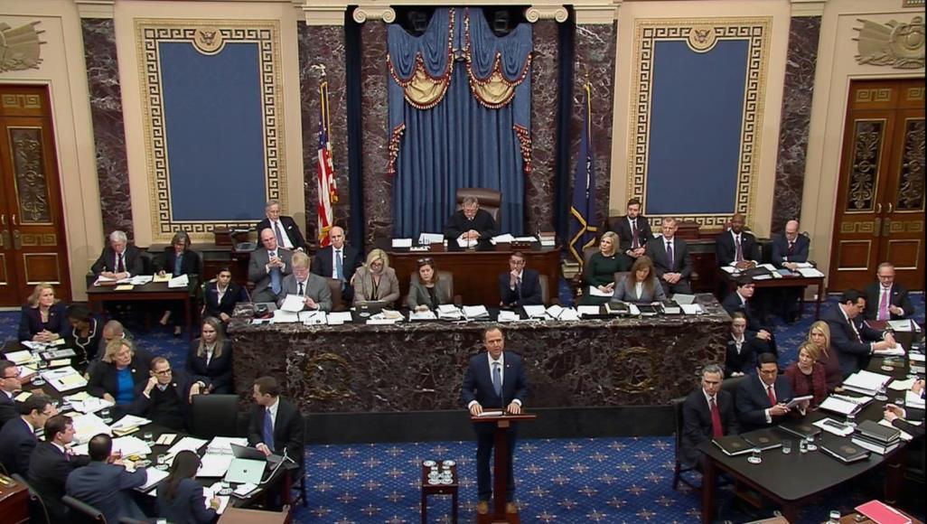 جلسة المحاكمة برئاسة رئيس المحكمة العليا القاضي جون روبرتس (رويترز)
