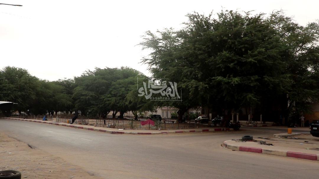 """تنظيف السيارات عند """"الكنيسة""""وسط نواكشوط  ـ (المصدر: الصحراء)"""
