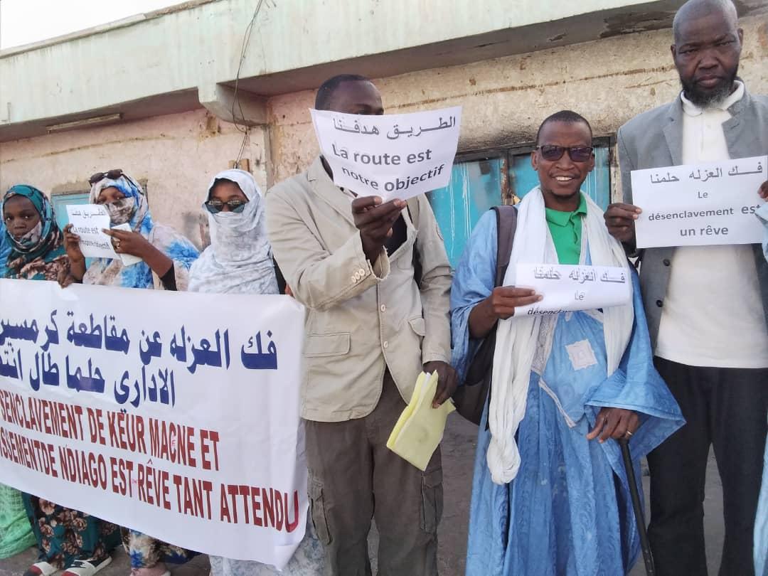 محتجون يطالبون بفك العزلة عن قرى بكرمسين وانجاكو ـ (المصدر: الإنترنت)