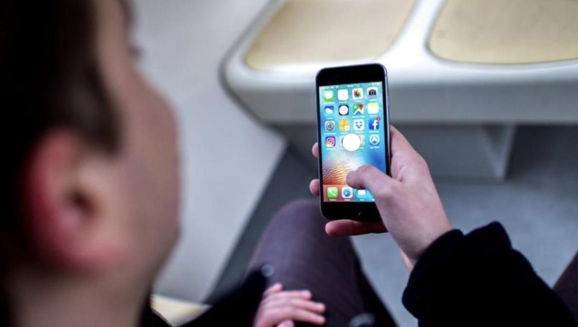 """إقبال متزايد على تطبيقات """"التجسس"""" عبر الهاتف"""