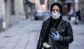 سيدة إيطالية تحمل هاتف آيفون في يدها