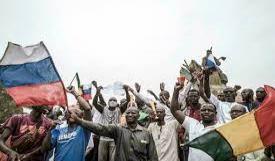 متظاهرون يرفعون العلم الروسي في باماكو (المصدر: الانترنت)
