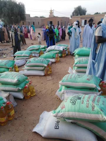 مشاعدات قدمتها مفوضية الأمن الغذائي لبعض سكان لبراكنه - المصدر (فيسبوك)