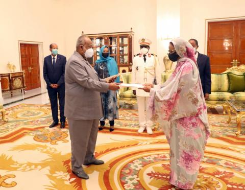 السفيرة خديجة أمبارك فال لدى تقديم أوراق اعتمادها لرئيس جيبوتي