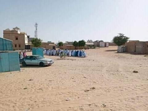 مجموعة المصلين في صف خلال أدائها صلاة العيد