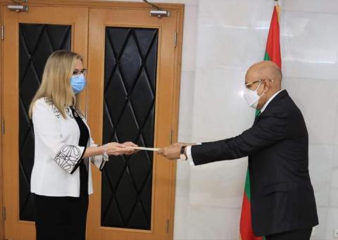 السفيرة الأمريكية أثناء تقديم أوراق اعتمادها للرئيس اليوم ـ (المصدر: صفحة السفارة)