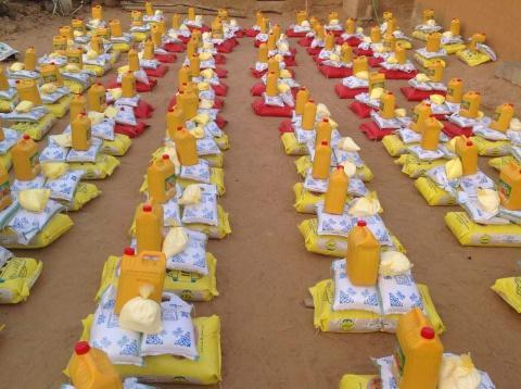 توزيع سلات غذائية على مئات الأسر في مقطع لحجار