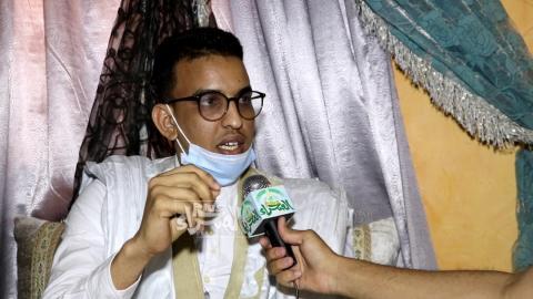 طالب موريتاني متحدثا عن ضياع أمتعة الطلاب القادمين من مصر ـ (المصدر: الصحراء)