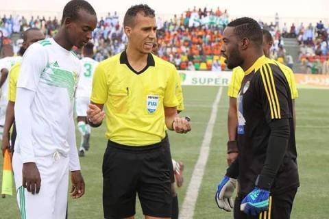 الحكم دحان ولد بيده خلال إدارة لمباراة في الدوري الوطني- المصدر (FFRIM)