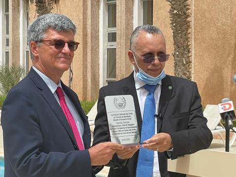 رئيس لجنة حقوق الإنسان لدى تكريمه الديبلوماسي الأوروبي- المصدر (انترنت)