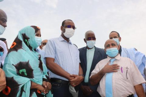 وزير الإسكان خلال زيارة لمكان إيواء سكان حي الورف- المصدر (وزارة الإسكان)