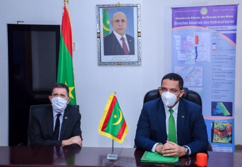 الوزير ولد عبد الفتاح رفقة السفير دودمان على هامش توقيع الاتفاق