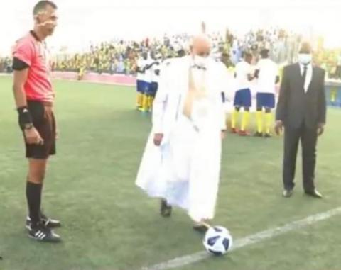 الرئيس غزواني أثناء إعطائه شارة انطلاق المباراة