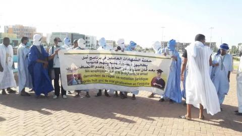 حملة الشهادات العاملين في برنامج أمل يتظاهرون أمام الرئاسة ـ (المصدر: الإنترنت)