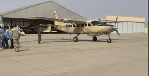 طائرة عسكرية تحمل المواطنين المختطفان مؤخرا في مالي