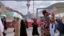 رجل أمن سعودي يردد أهازيج في وداع الحجاج