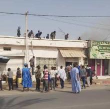 صورة توثق تدخلات المواطنين لإخماد الحريق