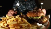 أثناء الحجر الصحي يزداد الوزن لزيادة الأكل وساعات الجلوس