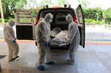 نقل جثة متوفي بكورونا في دبي