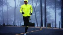 من المهم حماية الرأس واليدين بواسطة غطاء للرأس وقفازات عند ممارسة الرياضة في الشتاء (الألمانية)