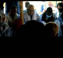 رئيس بعثة الحزب الحاكم بالحوض الشرقي أمام سكان ولاتة ـ (المصدر الإنترنت)