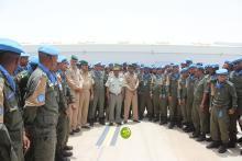 عناصر من الوحدة في صورة تذكارية مع أمين عام وزارة الدفاع - (المصدر: وكالة الأنباء الرسمية)
