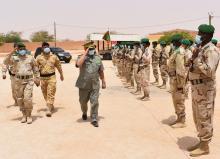 الفريق ولد مكت في إحدى محطات الزيارة (الجيش الوطني)