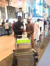 الآسان دوب لدى وصوله مطار سلطنة عمان (المصدر: كووورة)