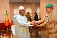 مدير كلية الدفاع لدول الساحل مع الرئيس المالي (المصدر: انترنت)