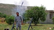 """مقاتل في صفوف """"الوفاق"""" خلال المعارك في محيط طرابلس مطلع هذا الأسبوع"""