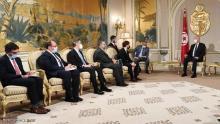 الرئيس التونسي خلال استقباله الوفد الأميركي في قصر قرطاج.
