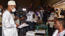 زعيم المعارضة الغينية أثناء إدلائه بصوته في الانتخابات