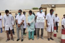 وقفة احتجاجية للأطباء أمام المستشفى الوطني-(المصدر: الصحراء)