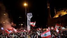 من مظاهرات بيروت الليلة الماضية (رويترز)