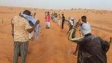 جهود محلية لإزاحة الرمال عن طريق تجكجة أطار ـ (المصدر: الإنترنت)