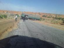 شاحنة تسد طريق الأمل غرب بوتلميت ـ (المصدر: الإنترنت)