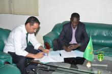 رئيس اتحادية كرة القدم مع المدرب مصطفى صال - (المصدر: الانترنت)