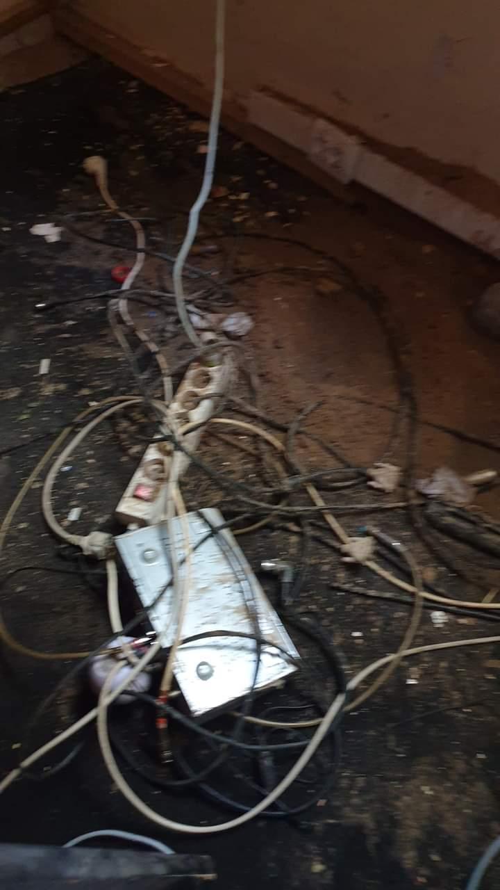 جانب من آثار حريق غرفة بث قناة شنقيط ـ (المصدر: ت إجتماعي)