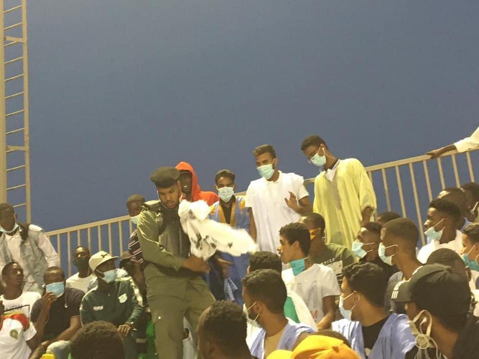 الشرطة تصادر لافتات رفعها الطلاب في الجزائر ـ (المصدر: الإنترنت)